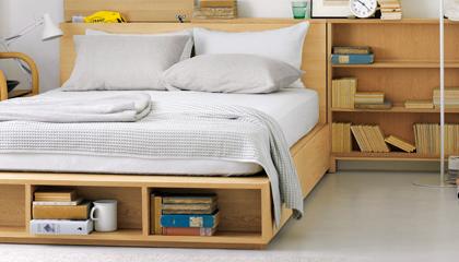 ベッドのタテ半分は引き出しに、もう半分は大きな収納スペースに。限られた間取りを有効に。オプションの収納 ベッド追加台(税込6,000円~)を使えば、210cmの敷ふとん ...